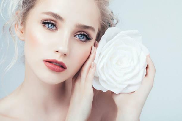 schöne frau mit make-up  - blumen make up stock-fotos und bilder