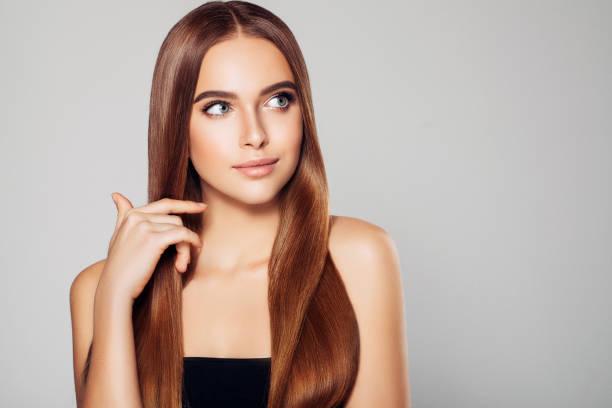 belle femme avec maquillage  - cheveux lisses photos et images de collection
