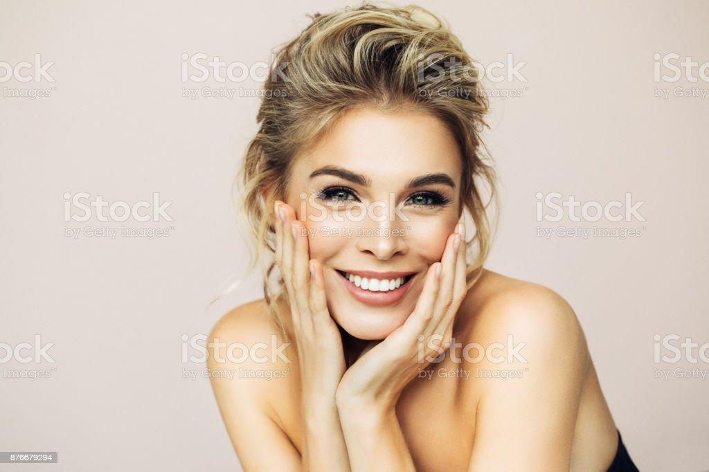 Bella mujer con maquillaje  - foto de stock