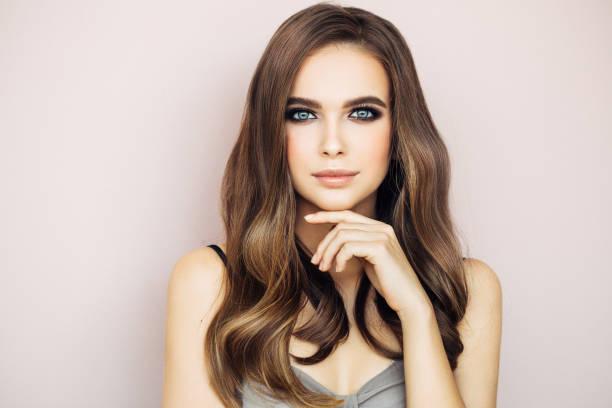 schöne frau mit make-up  - haarfarbe ohne ammoniak stock-fotos und bilder