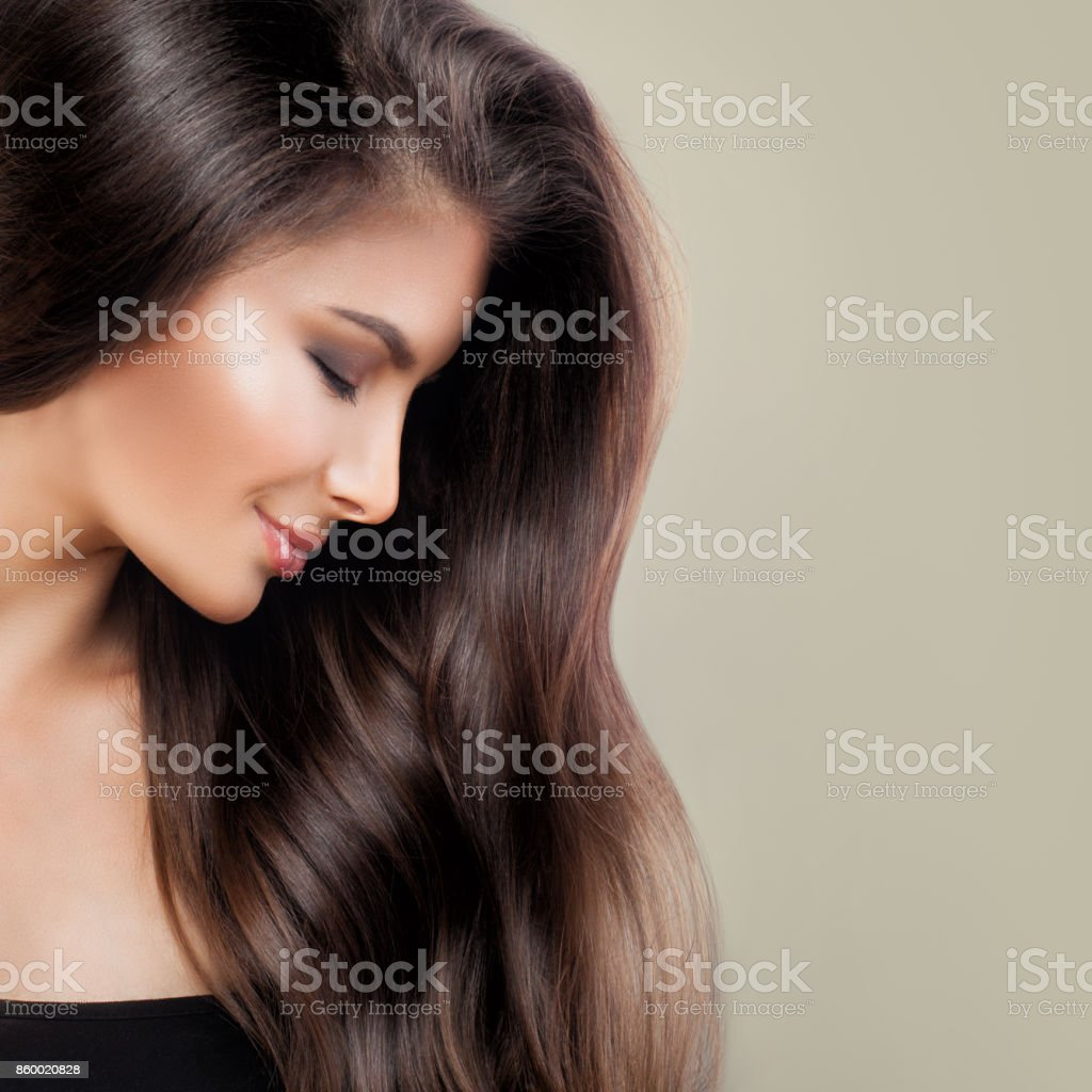 美麗的女人,與完美的棕色頭髮和化妝,可愛的臉部特寫,設定檔 - 免版稅一個人圖庫照片