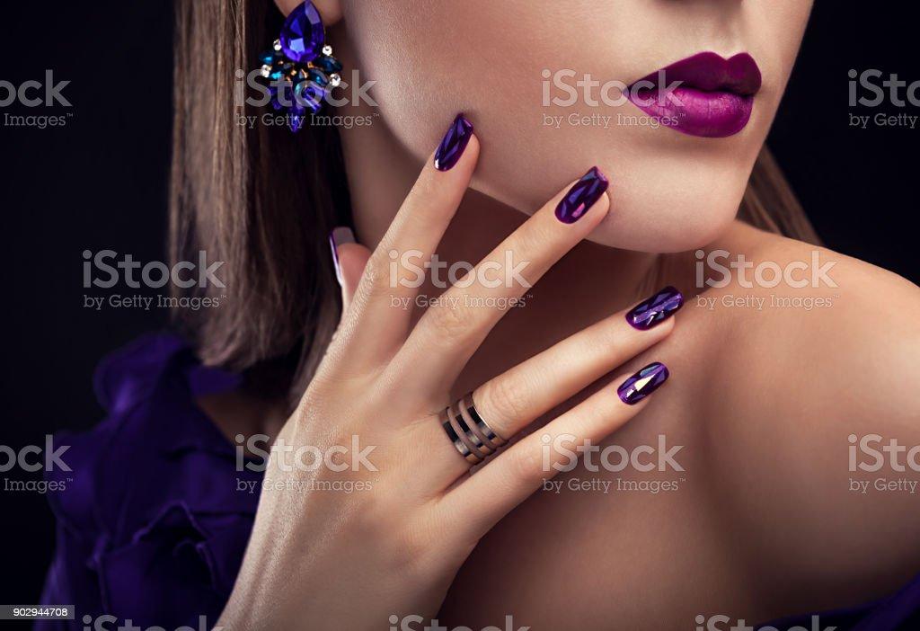 Vacker kvinna med perfekt make-up och manikyr bär smycken - Royaltyfri Blå Bildbanksbilder