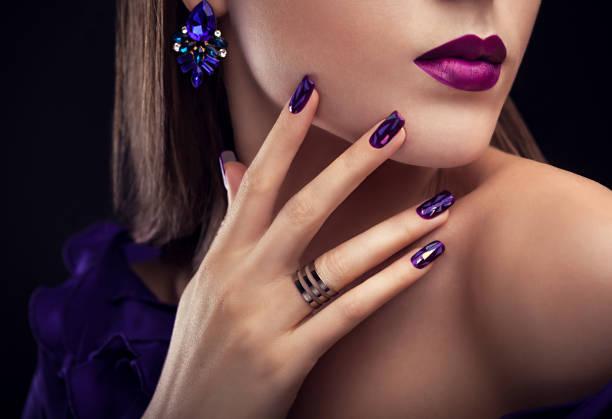 vacker kvinna med perfekt make-up och manikyr bär smycken - hand gold jewels bildbanksfoton och bilder