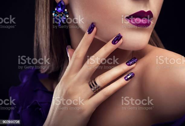 Vacker Kvinna Med Perfekt Makeup Och Manikyr Bär Smycken-foton och fler bilder på Blå