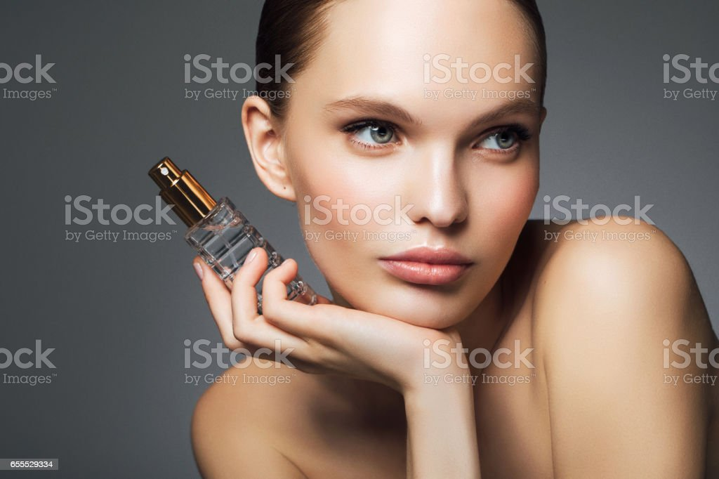 Bella mujer con perfume - foto de stock
