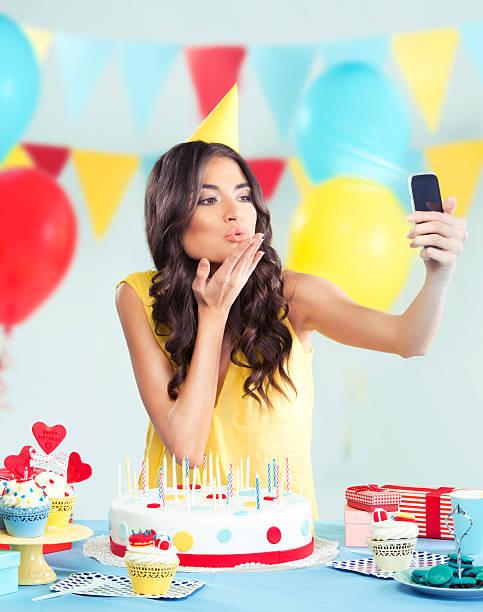 schöne frau mit handy im party, einen kuss senden - geburtstagswünsche mit bild stock-fotos und bilder