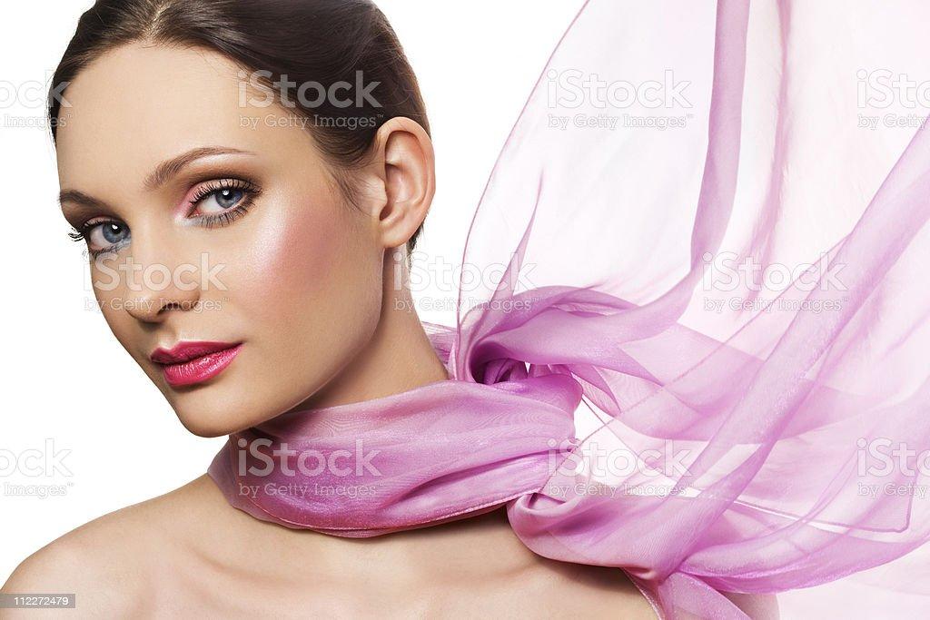 Schöne Frau mit rosa Farbe mit Schal – Foto