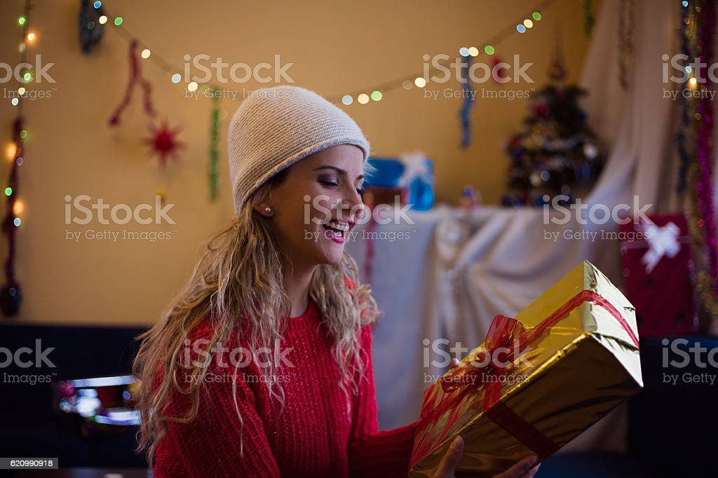 Beautiful woman with presents for Christmas and New Year. foto royalty-free