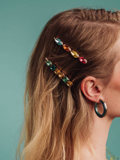 Hermosa mujer con bonitos accesorios para el cabello - foto de stock