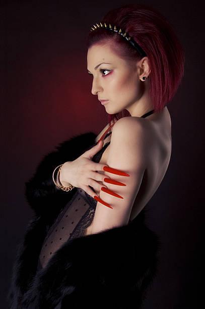 schöne frau mit langen roten haare und nägel - nails stiletto stock-fotos und bilder