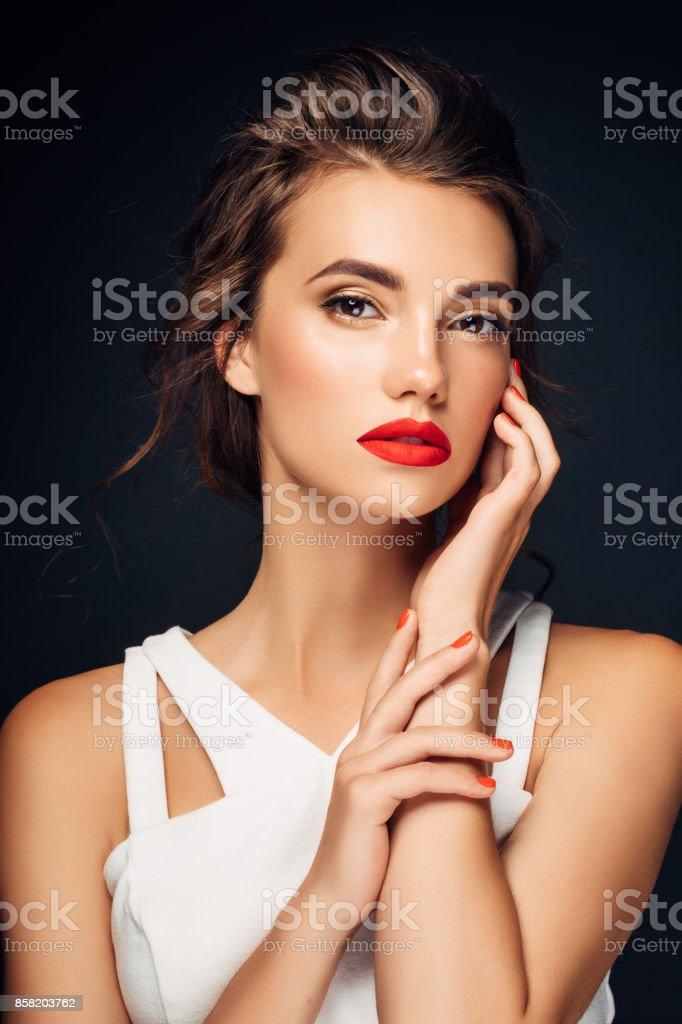 Belle femme avec manucure rouge - Photo