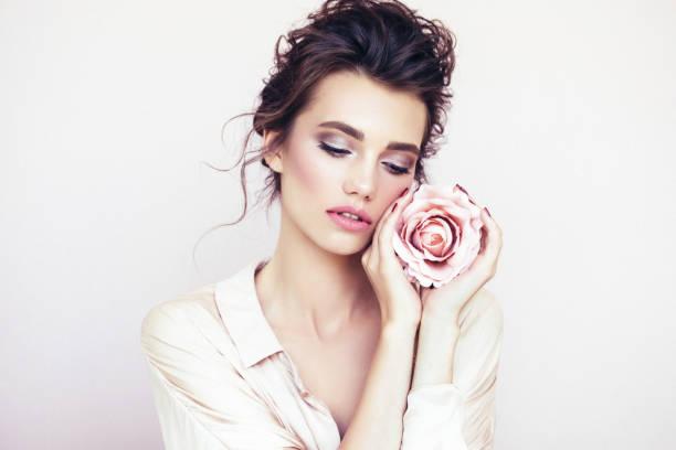 schöne frau mit rose - blumen make up stock-fotos und bilder