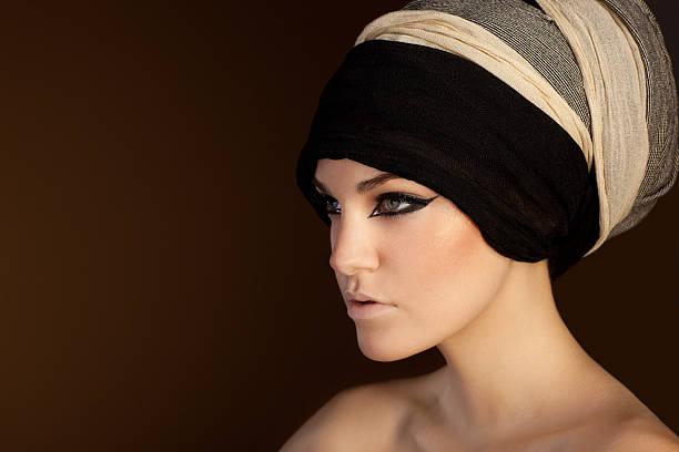 schöne frau mit schal auf ihrem kopf - ägyptisches make up stock-fotos und bilder