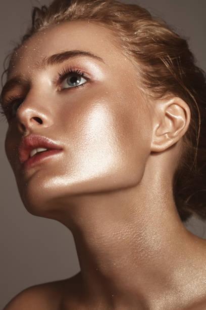 Mulher bonita com maquiagem brilhante - foto de acervo
