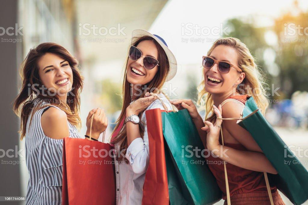 Hermosa mujer con bolsas de compras en la ciudad-venta, compras, turismo y gente feliz concepto - foto de stock