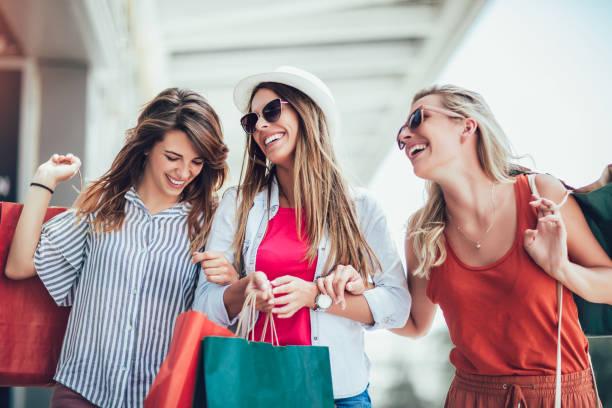 mulher bonita com os sacos de compra na cidade-venda, compra, turismo e conceito feliz dos povos - mercadoria - fotografias e filmes do acervo