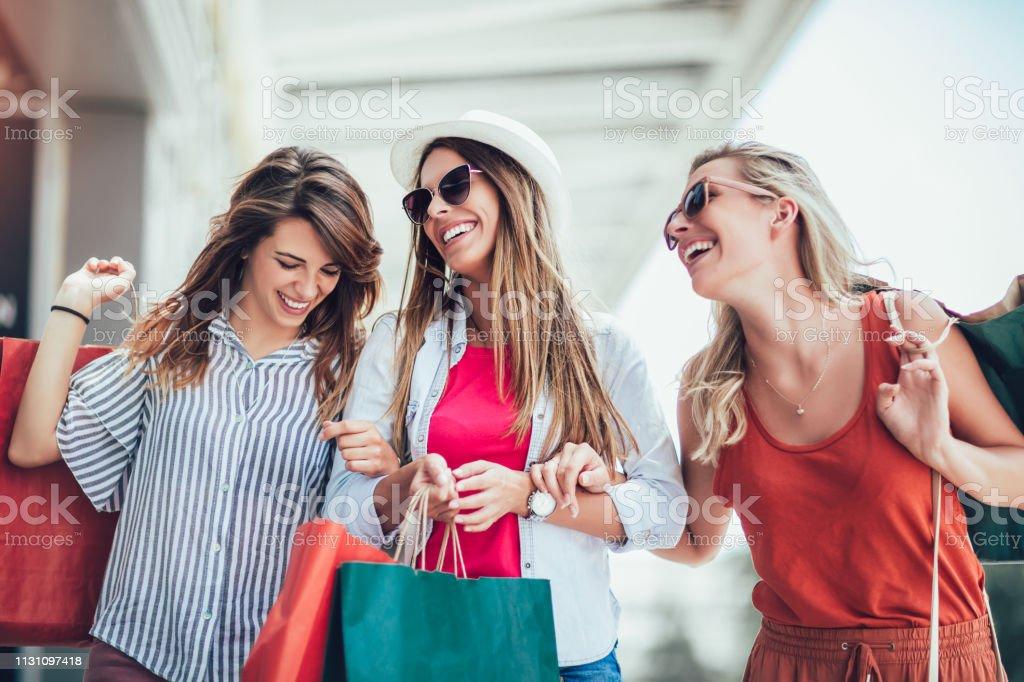 Hermosa mujer con bolsas de compras en la ciudad-venta, compras, turismo y el concepto de personas felices - foto de stock