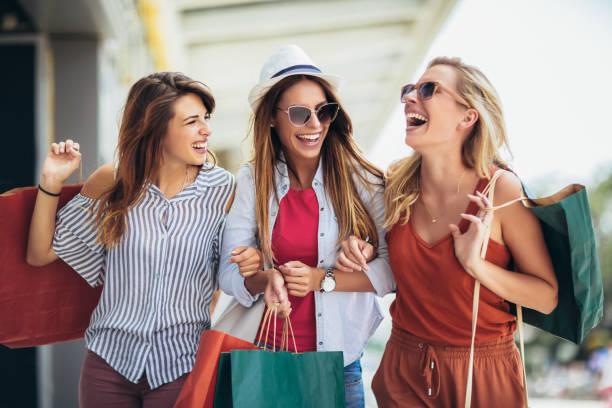 Hermosa mujer con bolsas de compras en la ciudad-venta, compras, turismo y la gente feliz concepto - foto de stock