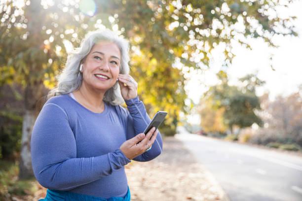 Schöne Frau mit Smartphone immer bereit für das Training – Foto