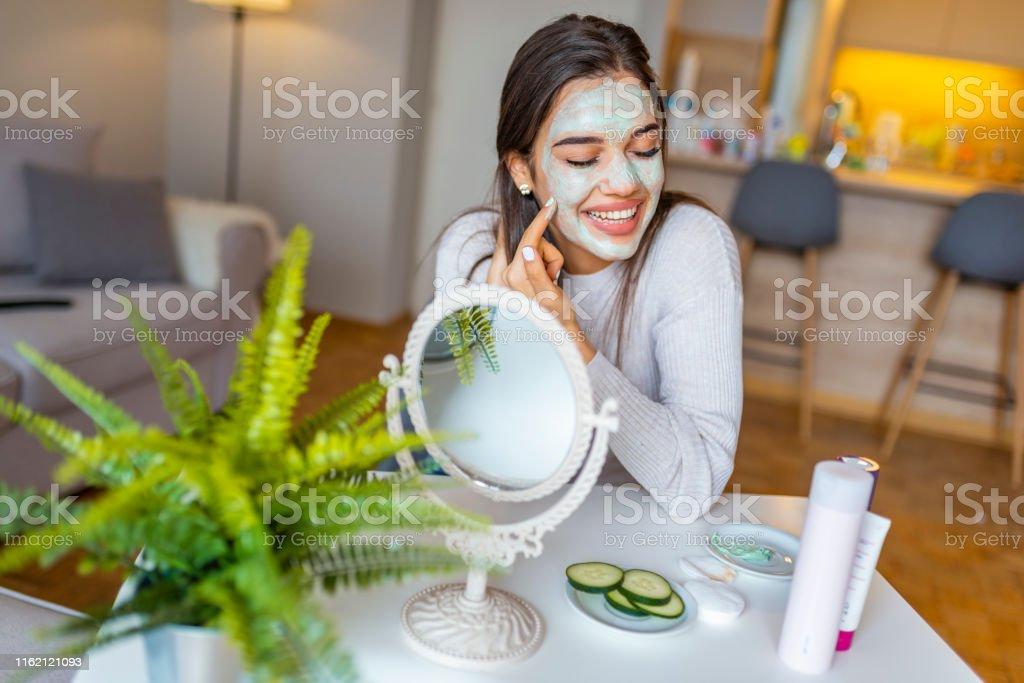 Beautiful woman with spa facial mask. - Zbiór zdjęć royalty-free (Cera)