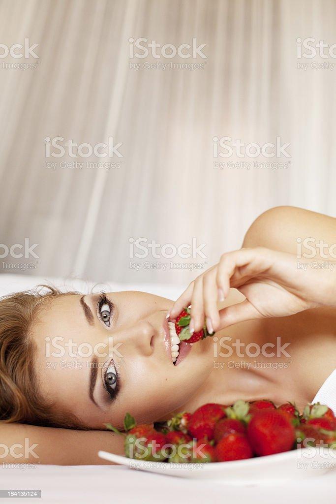 Schöne Frau mit Erdbeere – Foto