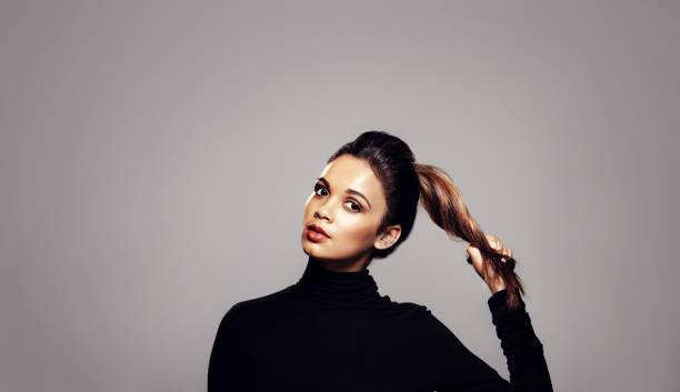 beautiful woman with strong healthy hair - puxar cabelos imagens e fotografias de stock