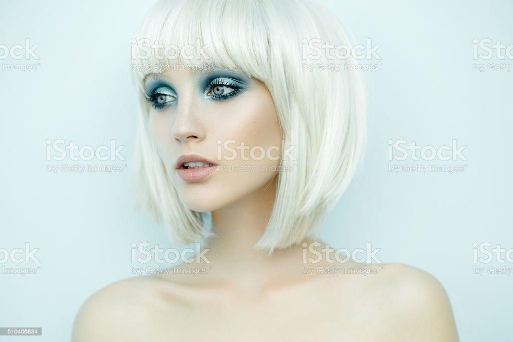 Belle Femme Avec Une Coiffure Elegante Photos Et Plus D Images De