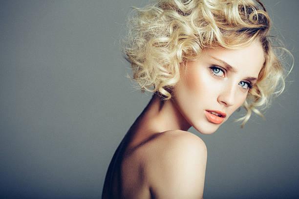 schöne frau mit eleganten frisur - haarfrisuren frauen stock-fotos und bilder