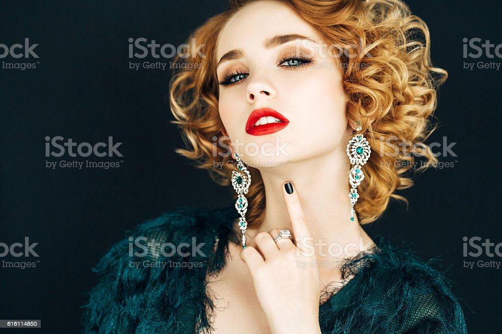 Belle femme avec une coiffure élégante - Photo