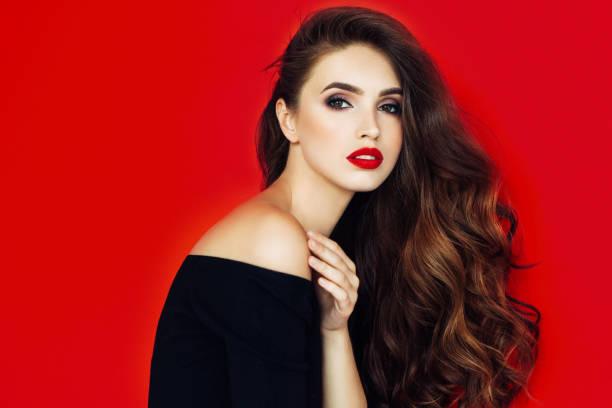 bella mujer con peinado elegante - labios rojos fotografías e imágenes de stock