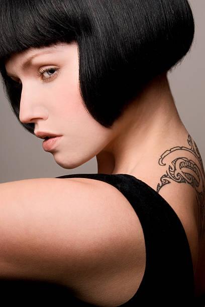 schöne frau mit tattoo-druck - kurze schwarze haare stock-fotos und bilder