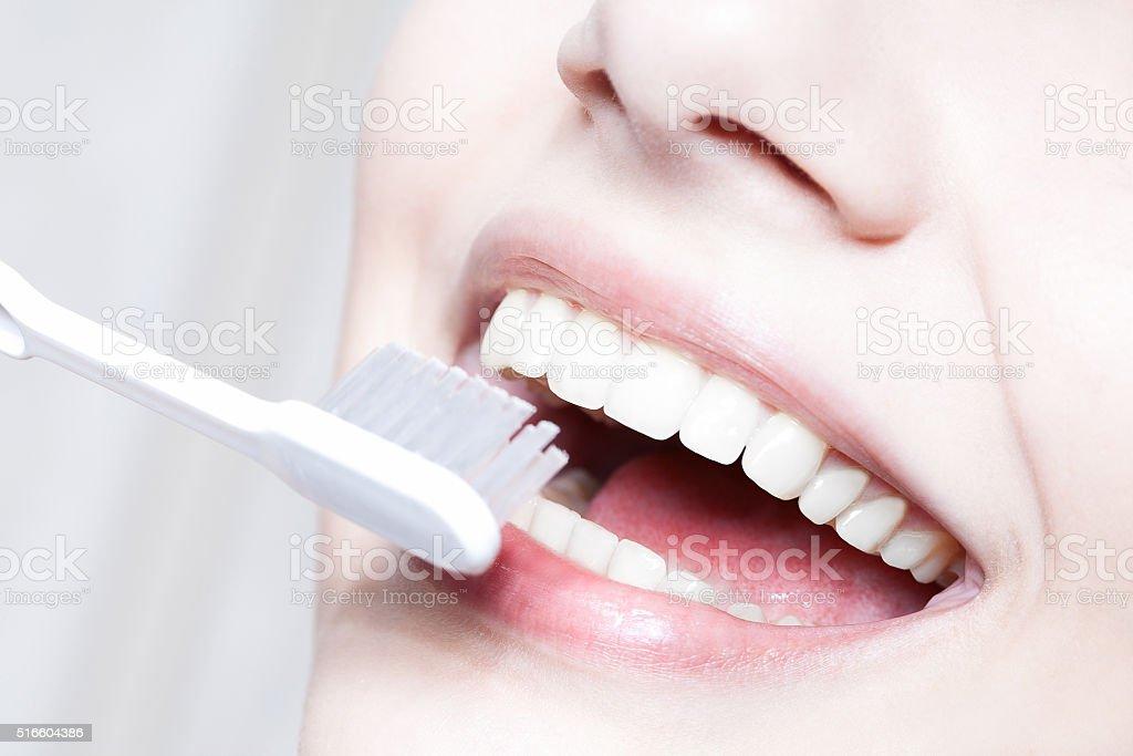 Schöne Frau mit Zahnbürste. Zahnpflege Pflege – Foto