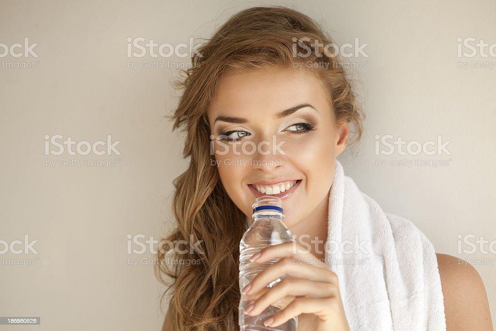 Schöne Frau mit Handtuch und eine Flasche Wasser – Foto