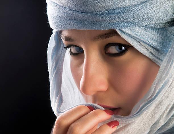 schöne frau mit tuareg - iranische stock-fotos und bilder