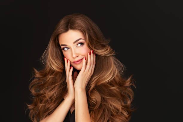 hacimli kıvırcık saç modeli ile güzel kadın - kabarık saç stok fotoğraflar ve resimler
