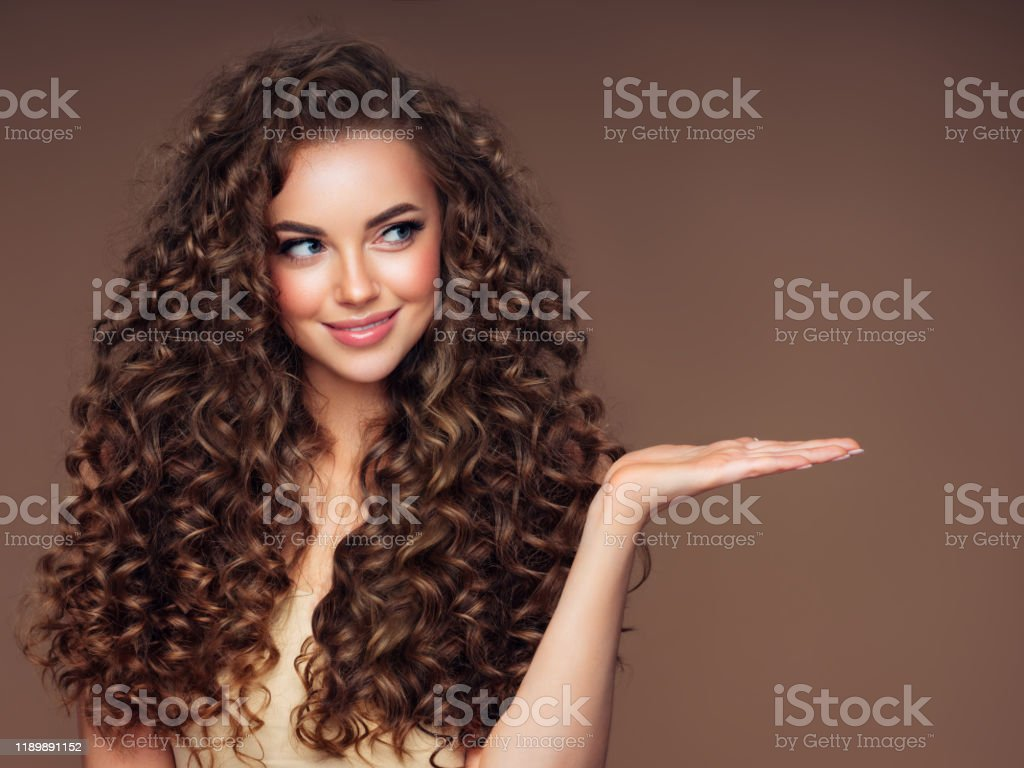 Beautiful woman with voluminous curly hairstyle - Foto stock royalty-free di Adulto