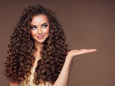 Beautiful Woman With Voluminous Curly Hairstyle - Fotografie stock e altre immagini di Adulto