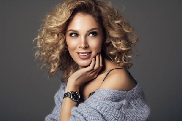 Belle femme avec les montres - Photo