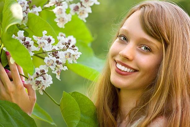 schöne frau mit weiße blüte von catalpa tree - trompetenbaum stock-fotos und bilder