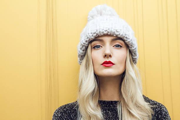 beautiful woman with winter hat - moda de invierno fotografías e imágenes de stock