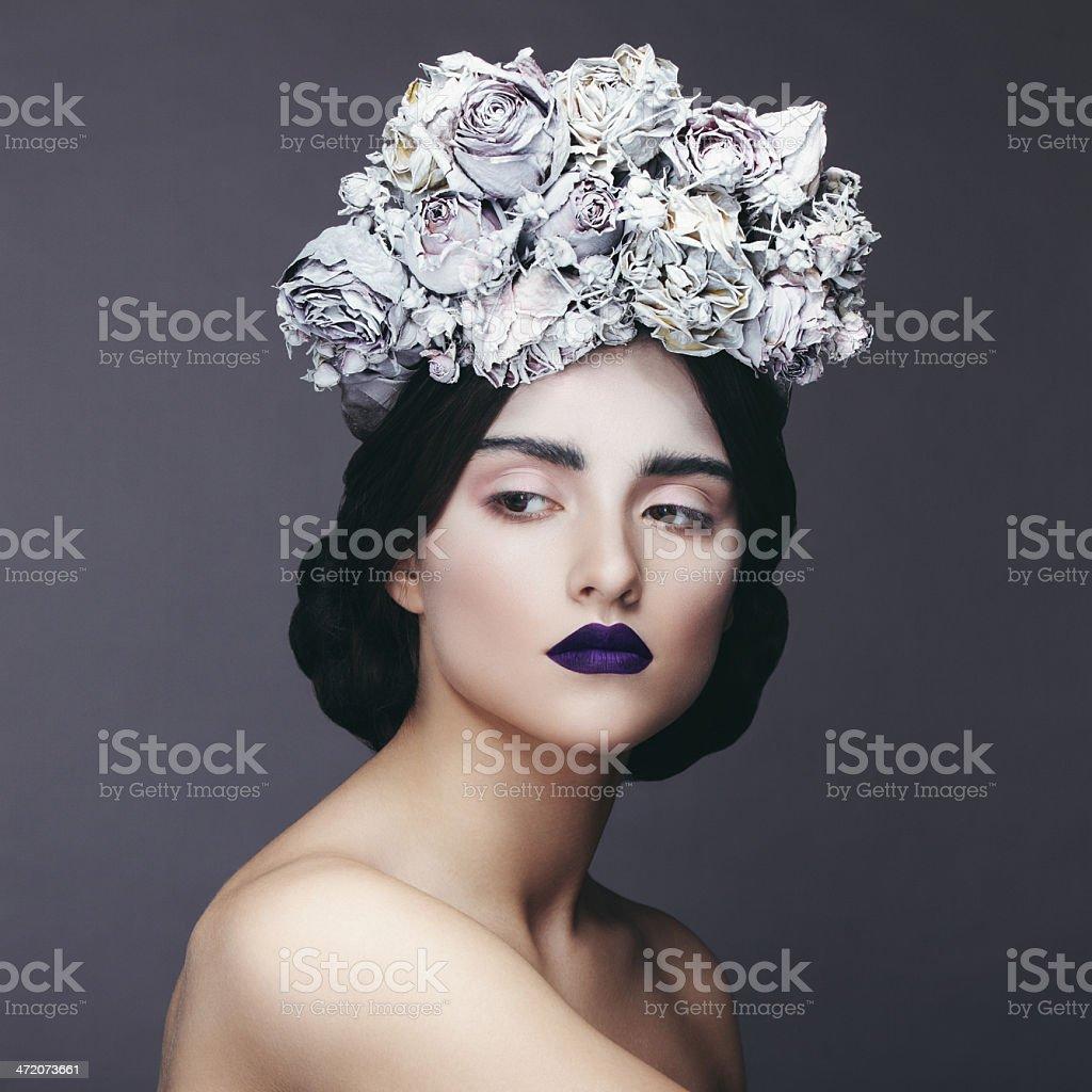 Bella mujer con corona de flores - foto de stock