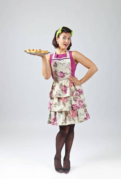 mulher bonita com deliciosos biscoitos. - dona de casa - fotografias e filmes do acervo