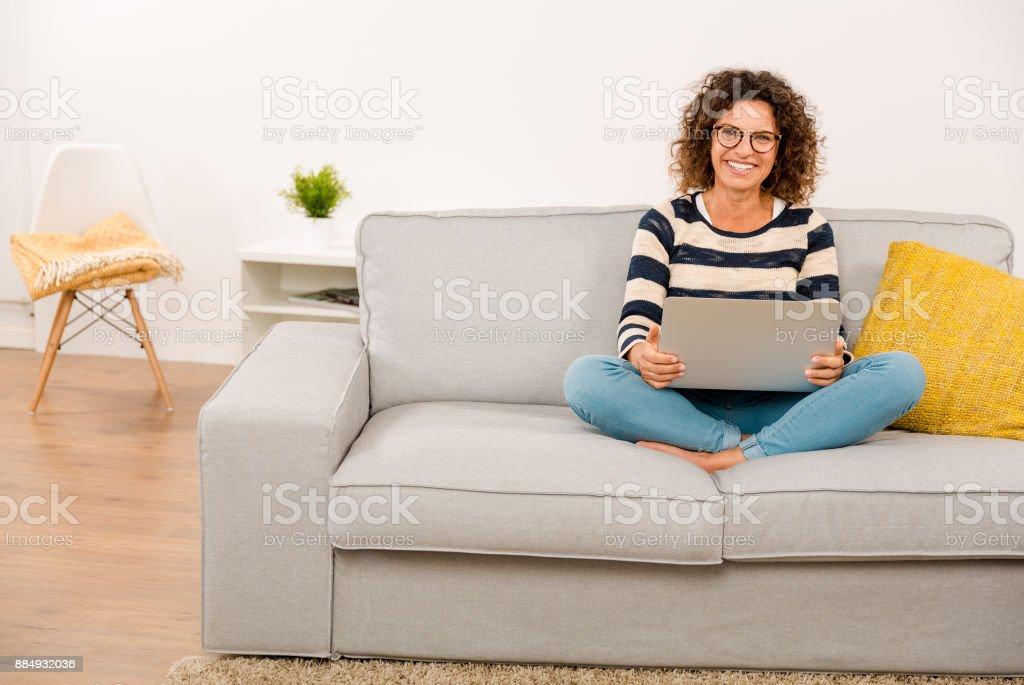 Schöne Frau arbeitet zu Hause fühlen – Foto