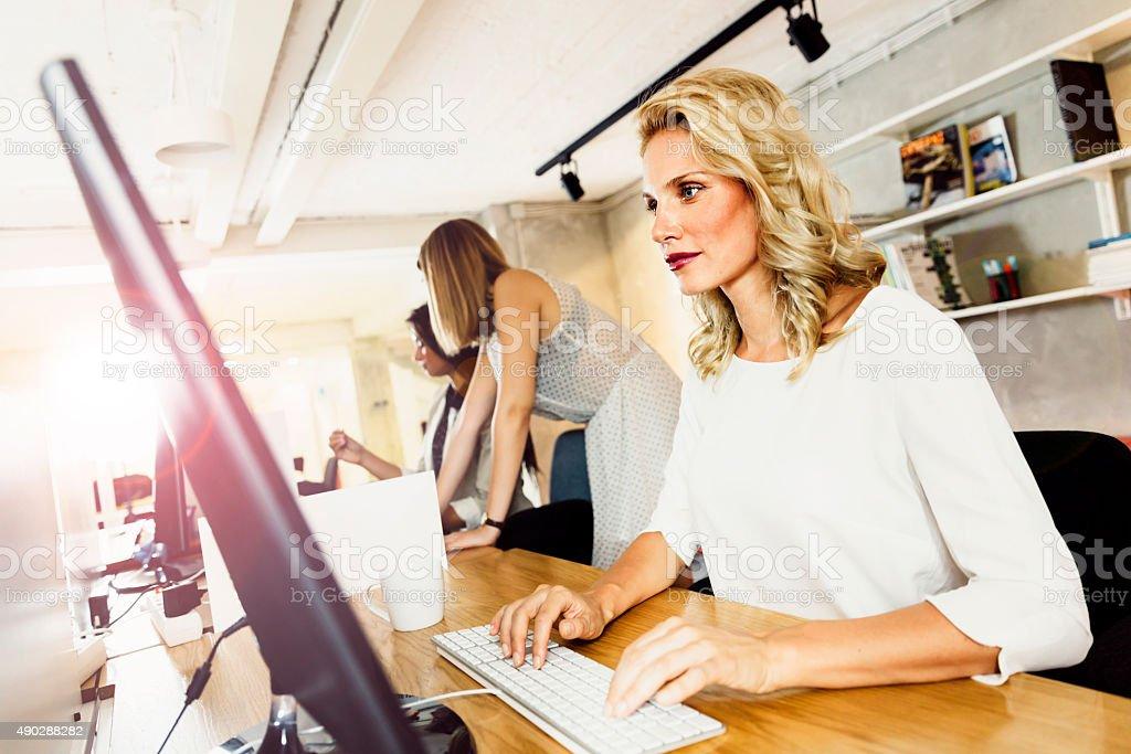 Belle femme travaillant dans un bureau moderne - Photo