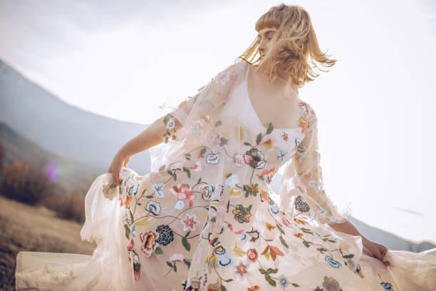 schönes womanin kleid - hippie kleider stock-fotos und bilder