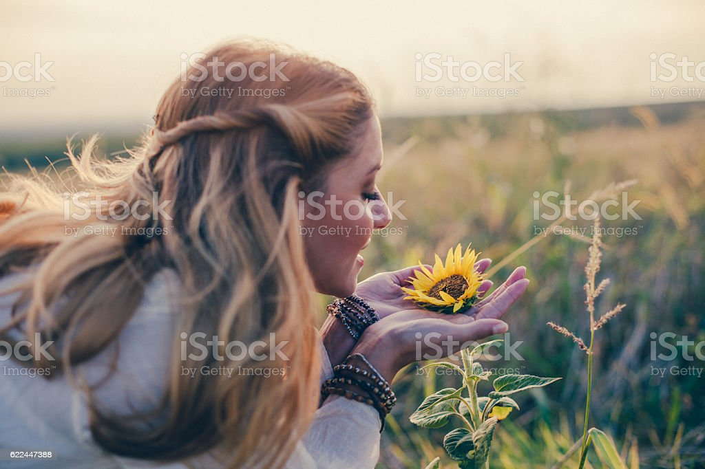 Beautiful womanl with sunflower outdoors – Foto