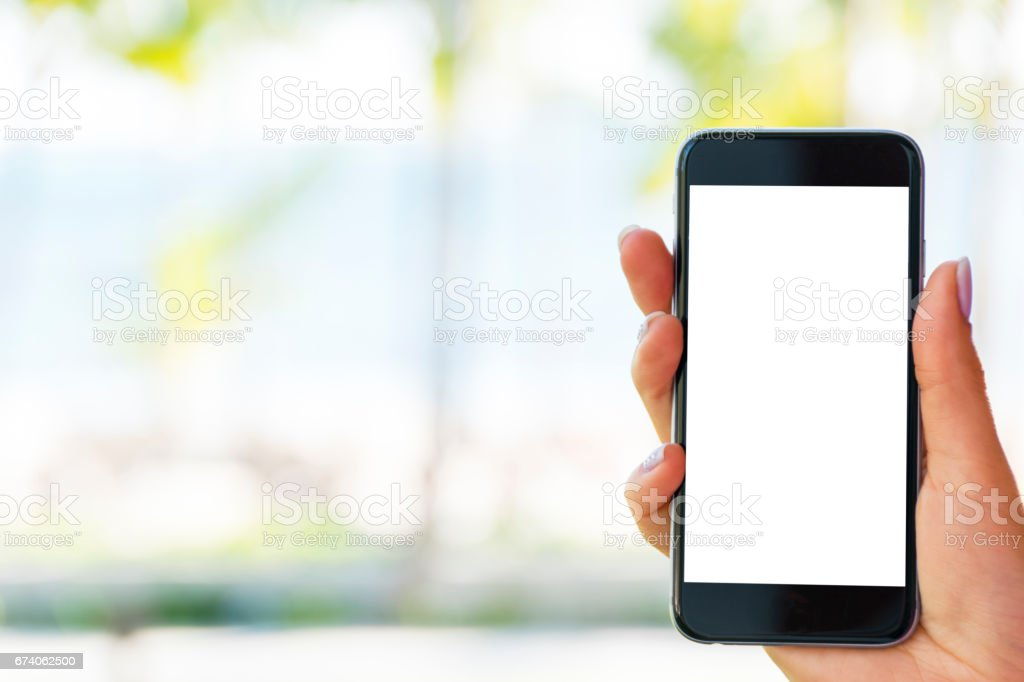 Schöne Frau Hand mit Smartphone am Strand. Weißer Bildschirm. Leerer Bildschirm – Foto
