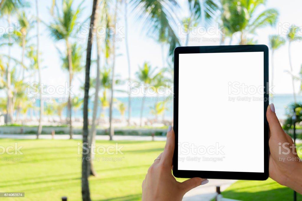 Schöne Frau Hand mit Tablet-PC am Strand. Tablet-Computer weißen Bildschirm. Leerer Bildschirm – Foto