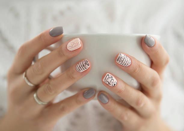 beautiful woman's hands holding a white cup - nägel lackieren stock-fotos und bilder