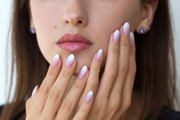 schöne frau nägel mit schönen french maniküre ombre - gelnägel stock-fotos und bilder